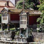 Hórreos junto a la ría en Combarro en Galicia