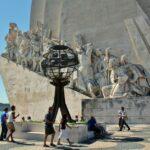 Esculturas en el monumento a los Descubrimientos en Belem cerca de Lisboa