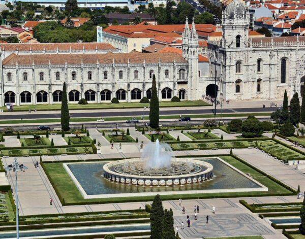 Monasterio de los Jerónimos desde el monumento a los Descubrimientos en Belem