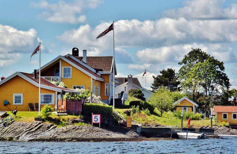 Pintorescas casas de colores en el fiordo de Oslo en Noruega