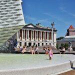 Moderna fuente en céntrica plaza de Poznan