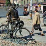 Escultura del viejo Mariano en el centro de Poznan