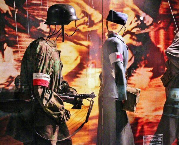 Uniformes en el museo de la Insurrección de Varsovia en Polonia