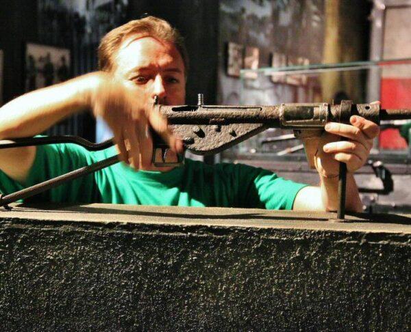 Armas históricas en el museo de la Insurrección de Varsovia en Polonia