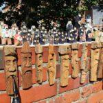 Venta de artesanía de madera en Varsovia