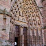 Pórtico de la catedral de Rodez en Aveyron al sur de Francia