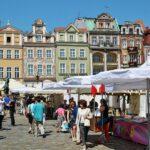 Mercadillo en la plaza del Mercado de Poznan en Polonia