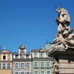 Estatua en la plaza del Mercado de Poznan en Polonia