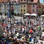 Turistas viendo las cabras del Ayuntamiento de Poznan