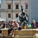 Fuente en la plaza del Mercado de Poznan en Polonia
