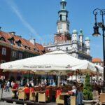 Terrazas en la plaza del Mercado de Poznan en Polonia