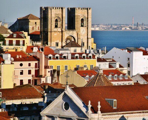 Vistas de la catedral Se de Lisboa desde el Elevador de Santa Justa