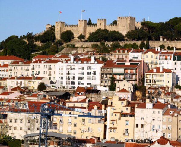 Vistas del castillo de San Jorge de Lisboa desde el Elevador de Santa Justa