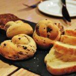 Selección de panes en el rest Aniar de Galway en Irlanda