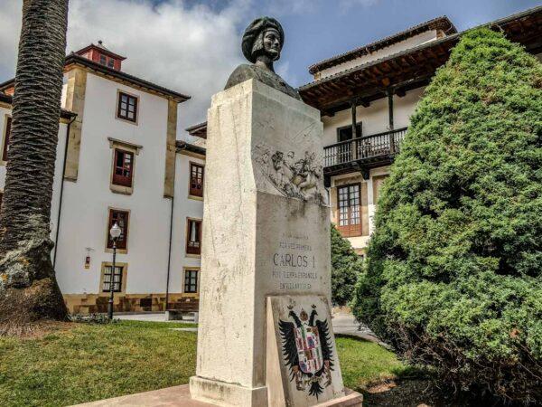 Monumento a Carlos I en Villaviciosa en Asturias