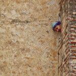 Asomada a un ventanuco en la Medina de Tetuán