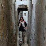 Estrecho callejón en la Medina de Tetuán en Marruecos