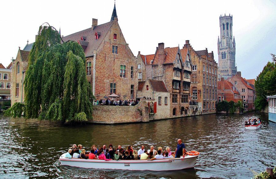 Muelle del Rosario en los canales de Brujas en Flandes Bélgica