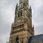 Torre del Campanario de la plaza del Mercado de Brujas en Flandes