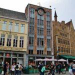 Edificios medievales en la plaza del Mercado de Brujas en Flandes