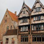 Casas medievales junto a los canales de Brujas en Flandes