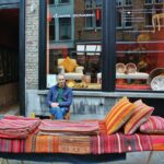 Mercadillo de tiendas en las calles de Brujas