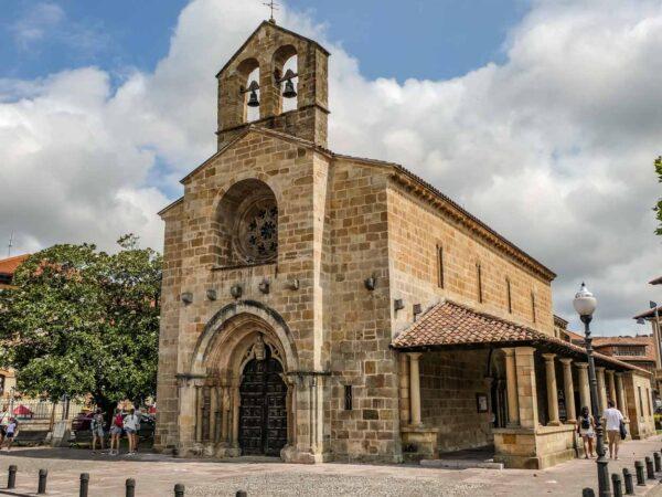 Iglesia románica de Santa María de la Oliva en Villaviciosa