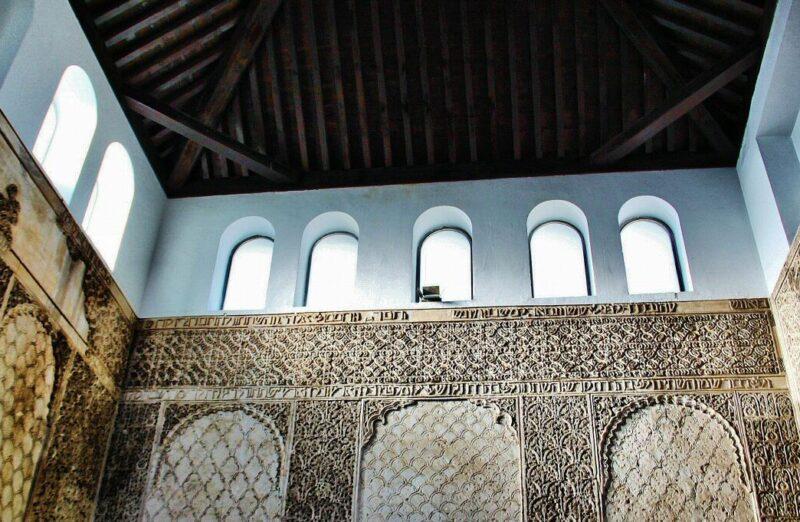 Decoración mudéjar en el interior de la Sinagoga en la Judería de Córdoba