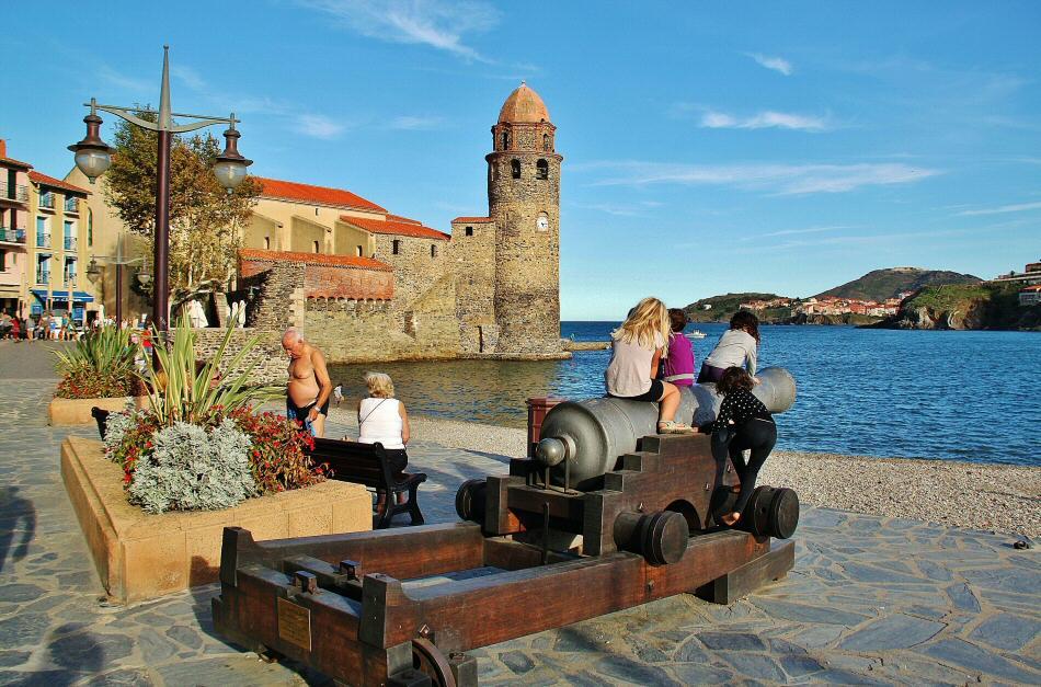 Torre campanario en el puerto de Collioure en Perpiñán