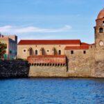 Torre campanario en el puerto de Collioure en Perpiñán al sur de Francia