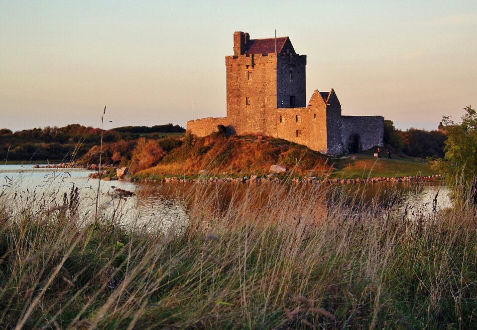 Castillo de Dunguaire en la ruta de la costa atlántica de Irlanda