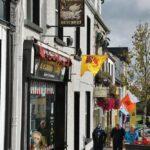 Calle comercial en Clifden en la ruta de la costa atlántica de Irlanda