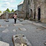 Sepulcro en el interior de la catedral de Clonmacnoise en Irlanda