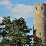 Torre campanario en Clonmacnoise en Irlanda