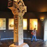 Original Cruz de las Escrituras en museo de Clonmacnoise