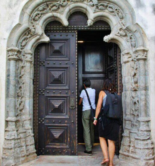 Arco de entrada a la antigua catedral de Elvas en Alentejo Portugal