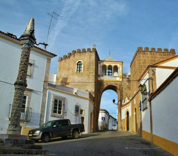 Puerta de la antigua alcazaba de Elvas en Alentejo Portugal