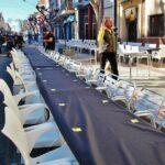 Preparación de mesas en el Día de las Paellas en Benicássim