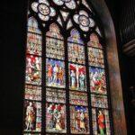 Vidrieras en la Basílica de la Santa Sangre en Brujas