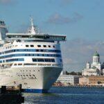 Barco de crucero en el puerto de Helsinki