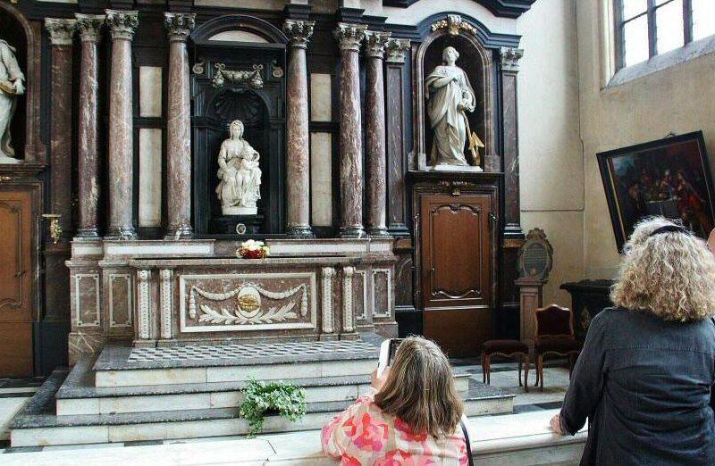 Escultura La Virgen y el Niño de Miguel Angel en Brujas