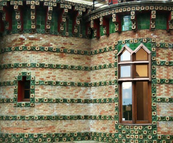 Cerámicas en la fachada del Capricho de Gaudí en Comillas