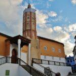 Gran Mezquita en la plaza Uta el-Hammam en la medina de Chefchaouen