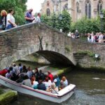 Puente de San Bonifacio en los canales de Brujas en Flandes