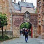 Acceso al puente de San Bonifacio en los canales de Brujas en Flandes