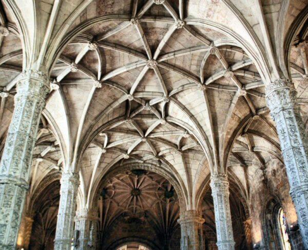 Techo de nervadura en la iglesia del monasterio de los Jerónimos en Belem