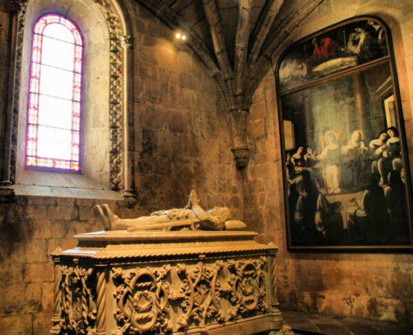 Tumba de Luis de Camoens en la iglesia del Monasterio de los Jerónimos en Lisboa