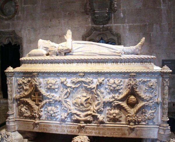 Tumba de Vasco de Gama en la iglesia del monasterio de los Jerónimos en Belem