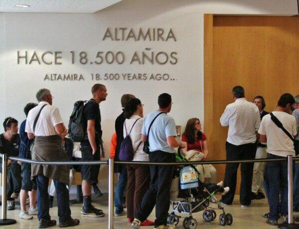 Espera para entrar a la Neocueva de Altamira en Cantabria