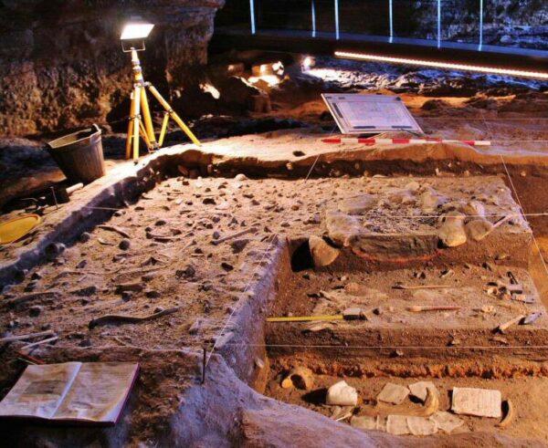 Reproducción de excavaciones arquelógicas en la Neocueva de Altamira en Cantabria